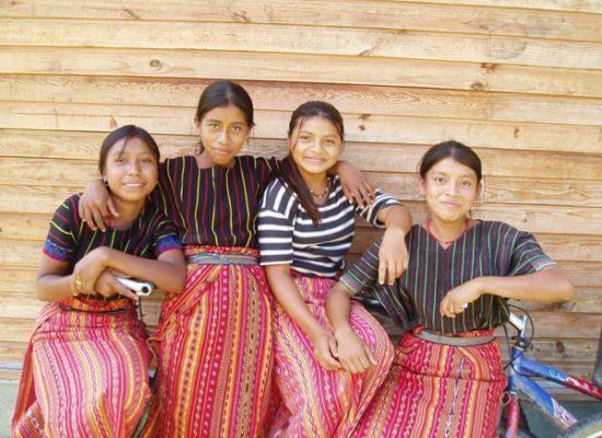 Mädchen sein und eine Ausbildung erhalten: leider ein Widerspruch in Guatemala. Dank intensiver Arbeit sind mittlerweile 30% der Schüler im Rahmen des Projekts Fundación Nueva Esparanza Mädchen, Elote e.V.